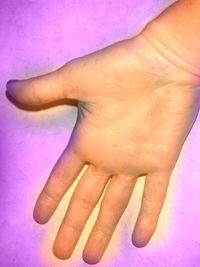dar la mano a un amigo